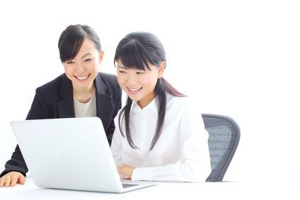 PCで仕事中の女性