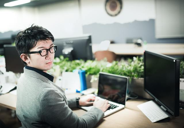 PCで仕事中の男性