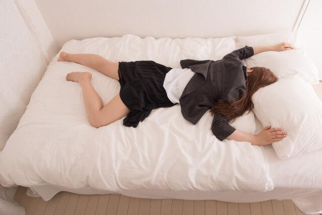 疲労で寝込む女性